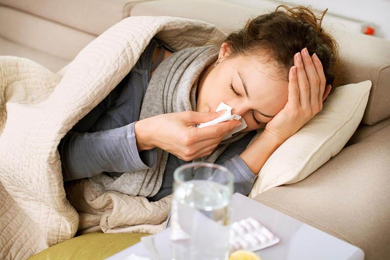 Bệnh có các triệu chứng tương tự như viêm xoang thông thường nhưng mức độ trầm trọng hơn