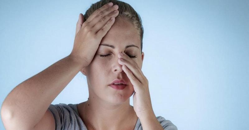 Ngoài đau sau gáy, bệnh nhân còn đau nhức vùng xoang, trán,...