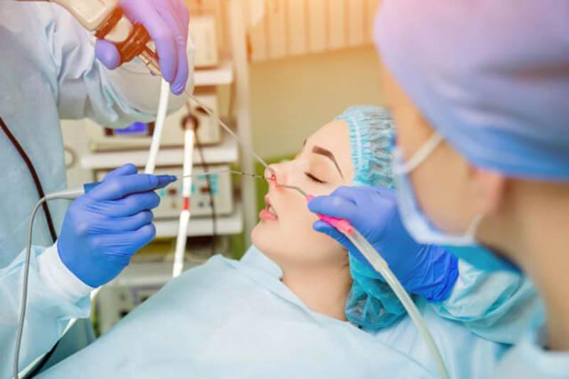 Phương pháp phẫu thuật, nhất là nội soi cũng thường được chỉ định cho người bệnh
