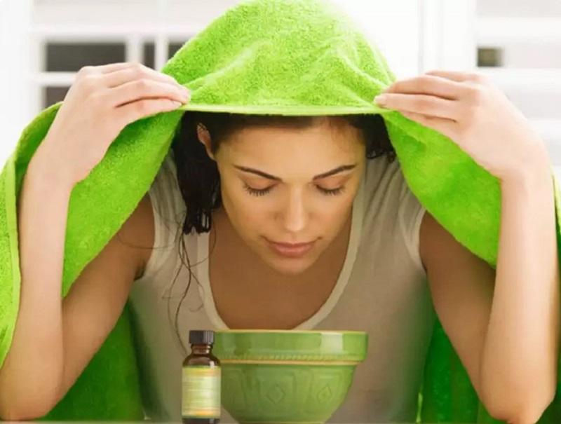 Thực hiện xông mũi tại nhà là một trong những cách chữa viêm mũi dị ứng được nhiều người áp dụng
