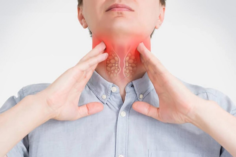 Đau rát cổ họng là một trong những triệu chứng thường gặp của bệnh viêm mũi dị ứng theo mùa
